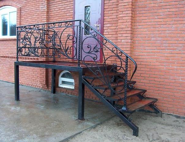 изготовление входных металлических лестниц